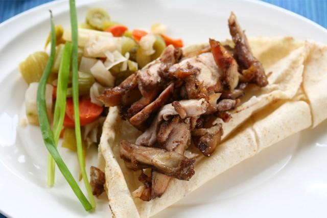 Ta miejscówka jest szczególnie znana wszystkim osobom, które pracują w zagłębiu w pobliżu Domaniewskiej. Niepozorny kebab, schowany w jednej z budek bazarku na Mokotowie kusi dobrą ceną i smakiem.  Adel Kebab, Wołoska róg Odyńca paw.17 Ceny od 10 zł  Zobacz też: Głęboko ukryte kulinarne skarby Warszawy. Niech nie zmylą Was pozory