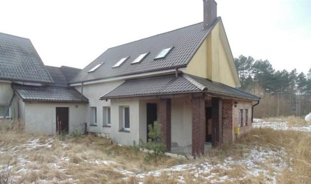 Komornicy z województwa lubuskiego zajmują nieruchomości zadłużonym osobom. Później są one wystawiane na licytacjach. Sprawdziliśmy, jakie domy są aktualnie wystawione na sprzedaż. Planujesz kupić dom? Warto śledzić licytacje komornicze. Można na nich trafić prawdziwe okazje!  Konkretne domy, wraz z ich ceną wywoławczą oraz lokalizacją, prezentujemy na kolejnych zdjęciach tej galerii >>>   Nieruchomości wystawione na licytację są zajmowane osobom zadłużonym. Sprawdziliśmy najciekawsze oferty domów na sprzedaż z województwa lubuskiego. Wszystkie oferty pochodzą ze strony licytacje.komornik.pl.  Wideo: Nieuczciwy komornik zabierał ludziom pieniądze i nie oddawał ich wierzycielom. Przywłaszczył 2,5 mln zł!