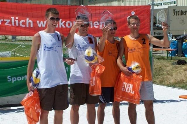 Piłka siatkowa   Pierwszy raz próbowali pobić rekord Polski w 2008 r., ale ich zmagania nie zostały uznane. W 2010 r. przenieśli próbę do niemieckiego Görlitz. Czterech zawodników: Sebastian Ludtke, Mateusz Baca, Wojciech Kurczyński i Tomek Olszak grali w siatkówkę plażową przez 25 godzin i 39 minut. Ich wyczyn został oficjalnie wpisany na listę rekordów Guinnessa!  Polscy i niemieccy siatkarze pobili wcześniejszy rekord z Ustki, który wynosił 24 godziny i 10 minut.