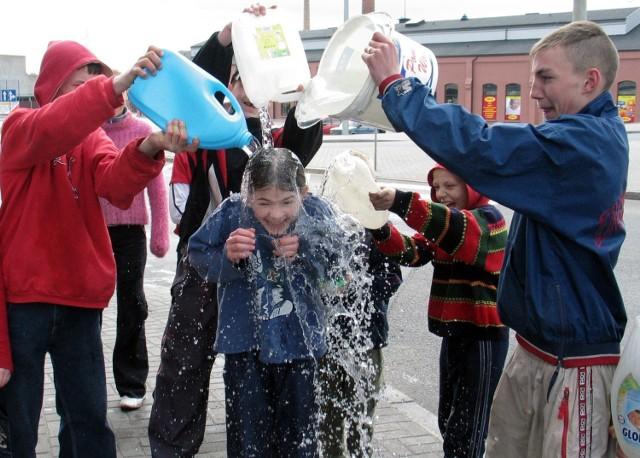 Tradycją Poniedziałku Wielkanocnego  jest polewanie się wodą. W tym roku na drodze pielęgnowaniu temu zwyczajowi stanął koronawirus.... My jednak przypominamy jak w lany poniedziałek  bawiono się w Grudziądzu, w latach 2005, 2006 i 2011.