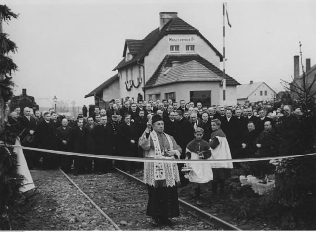 Otwarcie linii kolejowej z Moszczenicy do Zebrzydowic, 1935 rok, 30 listopad. Poświęcenie nowej linii kolejowej. Święci z ramienia kurii biskupiej wikariusz generalny ks. Wilhelm Kasperlik. W tle budynek dworca kolejowego.