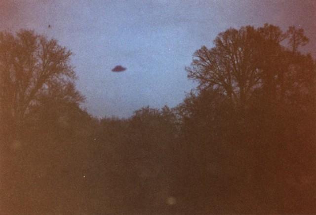"""Położony w gminie Grębocice Retków to miejsce, w którym na początku tego stulecia wykonano jedną z najlepszych fotografii UFO w Polsce. Zdjęcie od lat krąży w sieci, a Damian Trela na swoim blogu opisuje relacje z rozmowy z autorem fotografii. Przeprowadził ją inny badacz UFO - Jarosław Krzyżanowski. Do obserwacji doszło w niedzielę, 15 stycznia 2001 roku. Mieszkaniec Retkowa podszedł do okna, przy którym stał keyboard, na którym chciał poćwiczyć grę. Jego uwagę przykuło coś znajdujące się na niebie, widoczne z okna.  ,,Określił to jako czarny obiekt w kształcie kapelusza. Obiekt stał w miejscu, nie przesuwał się. Nie kojarzył się z niczym znanym. Piotr momentalnie dostał ,,gęsiej skórki"""". Wiedział, że ma do czynienia z czymś bardzo niezwykłym. Pobieżnie interesował się sprawami UFO i coś niecoś wiedział jak ono wygląda. Tym razem zetknął się z nim oko w oko. Stał przed oknem około 15 sekund, gdy patrząc na obiekt zdał sobie sprawę, że posiada aparat fotograficzny pod ręką z włożonym filmem. (...) Szybko podbiegł do szafy, gdzie znajdował się aparat, wyjął go i pobiegł na znajdujący się po tej samej stronie mieszkania co okno balkon. Wykonał jedno zdjęcie, po czym spojrzał na obiekt. Po około 10 sekundach obiekt zaczął się ,,kurczyć"""". Po następnych 10 sekundach, zjawisko zniknęło całkowicie."""" - pisze w swojej relacji Damian Trela.  Według obserwatora, obiekt na niebie musiał znajdować się w okolicach Wilczyna. Podobno widziało go więcej osób, jednak poszukiwaczom UFO nie udało się dotrzeć do żadnego kolejnego świadka.  Autentyczność zdjęcia została oddana analizie w zakładzie fotograficznym.  """"Zdjęcie wykonano na materiale światłoczułym typu Gold 200 Kodak - przedstawia obiekt w kształcie męskiego kapelusza szarego koloru, widoczny na tle nieba, powyżej ściany drzew. Jako mistrz fotograficzny ze stażem 32-letnim stwierdzam, że negatyw powyższego zdjęcia nie budzi wątpliwości co do autentyczności, nie nosi oznak manipulacji fotomontażowych, ani też nie mógł być zrobi"""