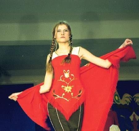 """Folkowo nie znaczy byle jak. Modelki prezentowały też eleganckie suknie w stylu """"country"""".  Fot. LUCYNA USIŃSKA"""