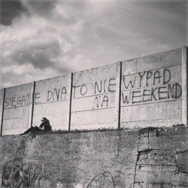 """Facebookowy profil """"Napisy na ścianach i murach"""" gromadzi fotografie utrwalające ciekawe napisy, które można zobaczyć na polskich ulicach. Niektóre są śmieszne, część z nich z kolei zmusza do przemyśleń. Zobaczcie galerię ulicznej poezji, być może część z tych haseł już widzieliście!"""