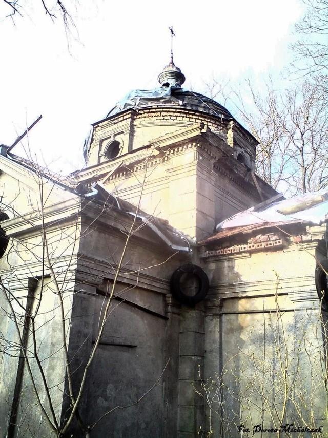 W dalszej części 11-hektarowego parku, eklektyczne mauzoleum Opitzów - właścicieli Łomnicy w końcu XIX wieku.  Fot. Dorota Michalczak