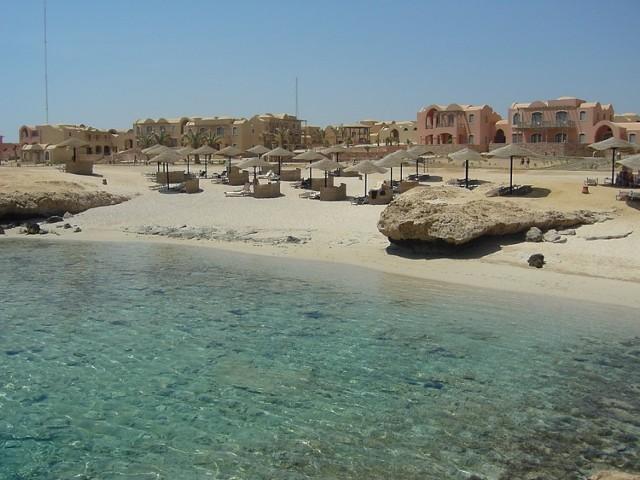 W związku z wprowadzonym 10 kwietnia 2017 r. stanem wyjątkowym na terytorium całego kraju oraz utrzymującym się zagrożeniem zamachami terrorystycznymi, które mogą być kierowane także przeciwko turystom, Ministerstwo Spraw Zagranicznych odradza podróże do Egiptu – z wyłączeniem wyjazdów grupowych do miejscowości turystycznych położonych po stronie afrykańskiej nad Morzem Czerwonym (Hurghada, El-Gouna, Safaga, Marsa Alam) oraz Sharm el-Sheikh na Półwyspie Synaj.  Na terytorium Egiptu dochodzić może m.in. do ataków na miejsca odwiedzane przez turystów, miejsca kultu religijnego, bazary, centra handlowe, hotele, restauracje, bary i lotniska.  Osobom planującym wyjazdy grupowe do wymienionych wyżej miejscowości turystycznych, zaleca się zachowanie szczególnej ostrożności oraz, ze względów bezpieczeństwa, rezygnację z wszelkich wyjazdów – grupowych lub indywidualnych – poza nie.  Stan wyjątkowy wprowadzono na okres trzech miesięcy, jednak możliwe jest jego przedłużanie. Spodziewać się można wzmocnionych kontroli na ulicach oraz przy wejściach do kościołów i budynków użyteczności publicznej, zwiększenia liczby posterunków na drogach, większej liczby aresztowań pod zarzutem zagrożenia dla bezpieczeństwa państwa i ograniczonego dostępu do zatrzymanych. Możliwe jest nasilenie kontroli w internecie, a zwłaszcza w mediach społecznościowych (publikowanie w nich treści uznanych za niebezpieczne może skutkować karą dla autora).  Obywatelom przebywającym w Egipcie, MSZ zaleca zachowanie szczególnej ostrożności, unikanie miejsc zagrożonych atakami i stosowanie się do poleceń służb bezpieczeństwa. Zaleca się śledzenie na bieżąco sytuacji w Egipcie i dokonanie zgłoszenia podróży w systemie Odyseusz.
