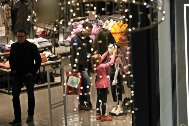 Zakupy świąteczne często robimy przez internet. Wtedy sklepy internetowe pękają w szwach. Jednak wiele osób woli tradycyjnie iść do sklepu stajonarnego.