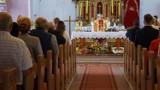 Ilu wiernych może jednocześnie uczestniczyć w mszach w powiecie?