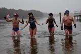 """Oni morsowali zanim to było modne. Teraz Gubińska Grupa Morsów """"da nura"""" do zimnej wody na rzecz Wielkiej Orkiestry Świątecznej Pomocy"""