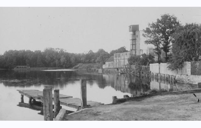 """Zabudowania browaru powstały około 1900 r. Widoczna na fotografii wieża służyła do magazynowania lodu. Właścicielem browaru do roku 1945 był Ulrich Lux.Po zakończeniu II wojny światowej browar należał do PSS """"Społem""""."""