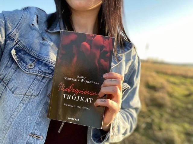 """Kamila Andrzejak-Wasilewska doczekała się premiery swojej pierwszej książki. Powieść pt. """"Niebezpieczny trójkąt"""" już jest w sprzedaży."""