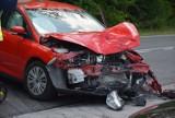 Z REGIONU. Groźne zderzenie motocykla z osobówką na drodze krajowej w Mazurach. ZDJĘCIA
