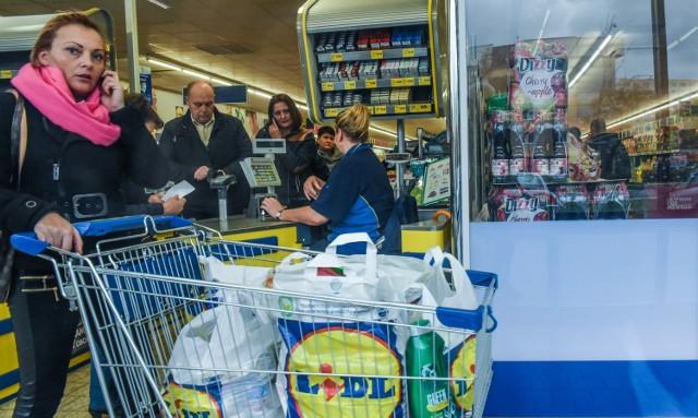 Kolejne sieci handlowe wprowadzają podwyżki dla swoich pracowników. Pensje pracowników znanych w Polsce dyskontów i hipermarketów są coraz wyższe i rosną wraz z przepracowanym stażem. Ile zarabiają pracownicy dyskontów i hipermarketów. Kliknij w następne zdjęcie...