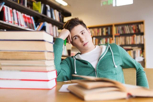 Lista lektur obowiązkowych zmienia się co jakiś czas. Jaka jest obowiązująca lista lektur dla liceum z poziomu podstawowego na rok szkolny 2021/2022? Oprócz podstawowej wyprawki do szkoły, czyli zeszytów i artykułów piśmienniczych oraz podręczników, mogą przydać Ci się również lektury. Oczywiście książki możesz wypożyczyć z biblioteki, jednak czasem zdarza się, że potrzebnych lektur zabraknie. Sprawdź wcześniej, jakie lektury będą obowiązkowe w tym roku szkolnym.