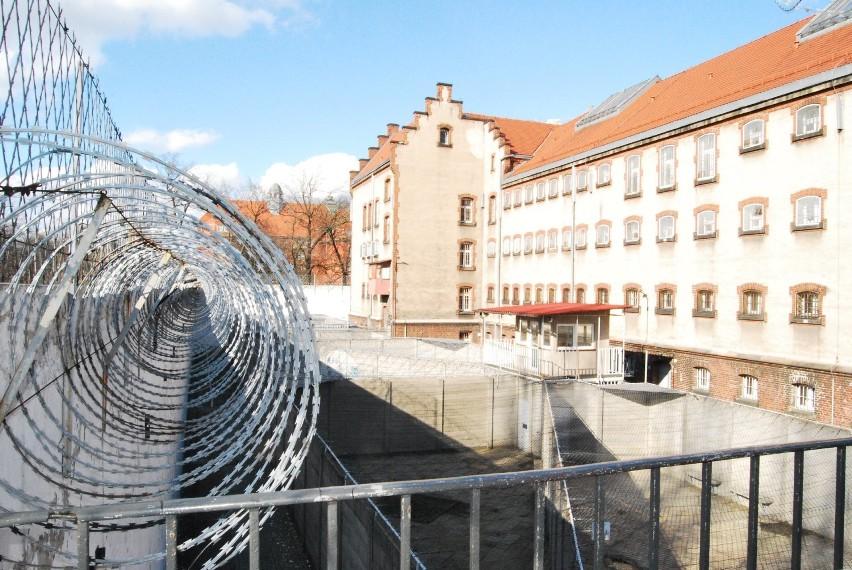 Tu każdy poczuje się nieswojo - zobacz ZDJĘCIA z opuszczonego aresztu w woj. śląskim. Co więźniowie wypisują na ścianach?