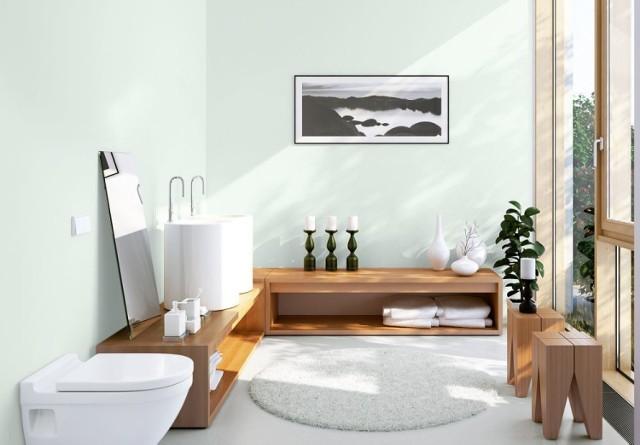 Atmosferę w pomieszczeniu tworzą kolor, oświetlenie, zastosowane materiały oraz nowatorskie pomysły. Powszechnym zwyczajem stało się ozdabiane ścian i podłóg łazienkowych płytkami ceramicznymi, co jest niezmiernie praktycznym rozwiązaniem, ale także najbardziej oczywistym i łatwym. Warto wyjść poza przyjęty schemat, zamiast glazury i terakoty wykorzystać w wystroju łazienki drewno, ściany pokryć farbą w ciepłym odcieniu.
