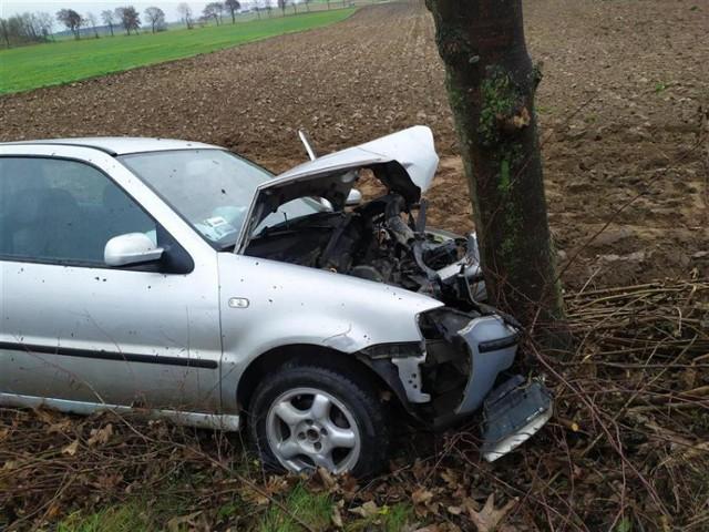Pijany kierowca volkswagena w gminie Izbica Kujawska uderzył w drzewo