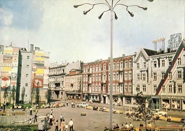 """Tak w latach siedemdziesiątych wyglądała dzisiejsza """"Patelnia"""" w Sosnowcu. Wtedy faktycznie wyglądała jak patelnia. Dziś Plac Stulecia jest dwupoziomowy z wejściem do podziemnego pasażu i przejścia pod ulicą 3 Maja. Obecny kształt """"Patelni"""" nadano po przebudowie na początku lat 2000. Kosztowało to wówczas 95 mln zł.   Zobacz kolejne plansze. Przesuwaj zdjęcia w prawo - naciśnij strzałkę lub przycisk NASTĘPNE"""
