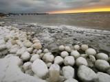 Lodowe kule na plaży w Jastarni! Niezwykłe zjawisko na brzegu Zatoki Puckiej. Morszkulce to zimowa atrakcja! Zobacz zdjęcia