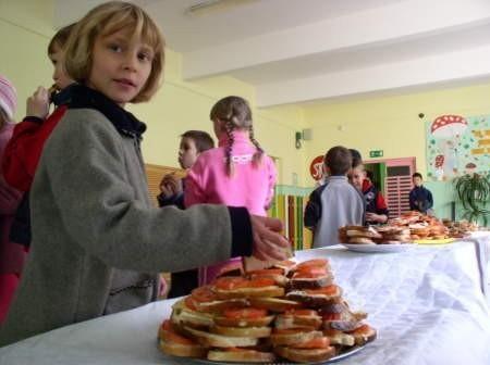 Kanapki dla wszystkich. Taki Dzień Walki z głodem odbył się w SP nr 1 w Czersku.