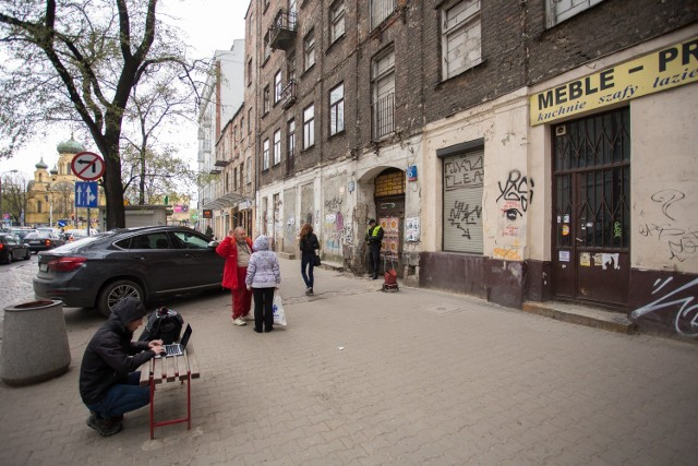Od dawna mieszkańcy Pragi próbują przekonywać, że ich dzielnica jest piękna i bezpieczna, a postrzeganie jej jako siedliska patologii to krzywdzący stereotyp utrzymany jeszcze po latach 90. Po części to prawda - jak grzyby po deszczu wyrastają tam nowe kawiarenki, galerie, butiki czy miejsca pokroju wielofunkcyjnych kompleksów, jak Soho Factory czy Centrum Koneser. Nie zmienia to jednak faktu, że wciąż jest tam wręcz szalenie niebezpiecznie. Statystyki są druzgocące. Uśredniając, w roku 2018 policjanci na Pradze Północ codziennie mieli do czynienia z delikwentami zakłócającymi porządek publiczny i nocny, a 391 razy interweniowali ws. picia w miejscu niedozwolonym.   Co więcej, na Pradze wciąż się kradnie. Prascy funkcjonariusze na przestrzeni ubiegłego roku odnotowali ok. 400 takich wykroczeń. Nie brakuje również wandali niszczących mienie publiczne - 78 stwierdzonych przypadków.