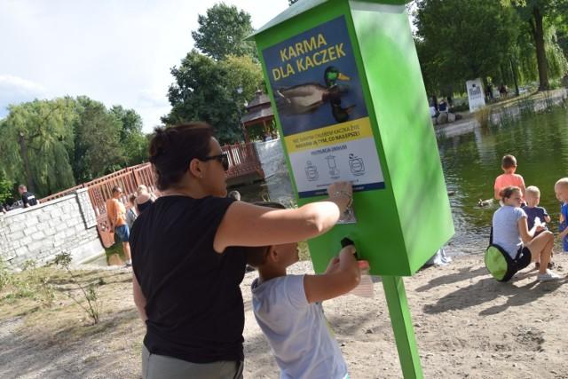 Kaczkomat w parku w Zduńskiej Woli. Działa i mieszkańcy z niego korzystają