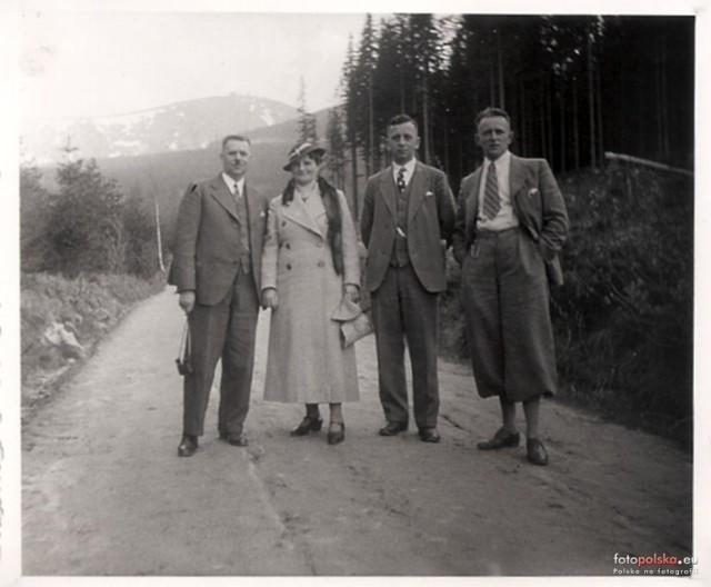 Turyści spacerujący po Karkonoszach. Rok 1936