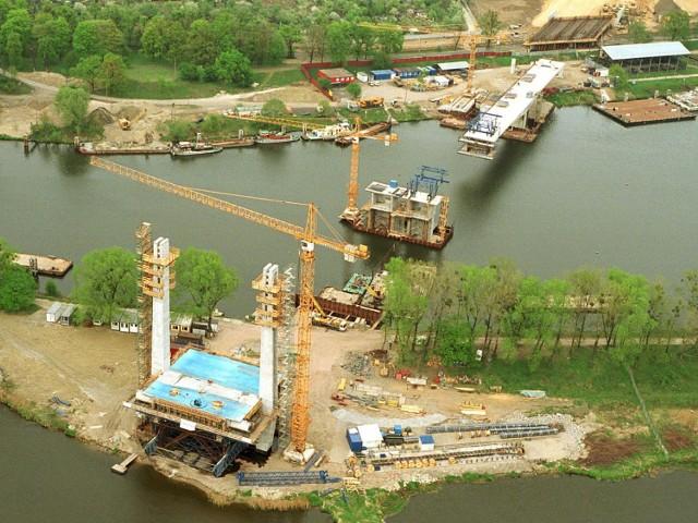 Most Milenijny (zwany też mostem Tysiąclecia) to podwieszany most  łączący osiedla Osobowice i Popowice. Starsi mieszkańcy Wrocławia z pewnością pamiętają, że gdy go nie było, to tuż przed Wszystkimi Świętymi wojsko montowało w tym miejscu tymczasowy most pontonowy, żeby wrocławianie mogli szybciej dotrzeć na groby bliskich. Po moście Milenijnym możemy jeździć od 29 października 2004 r. Zobaczcie zdjęcia z jego budowy...