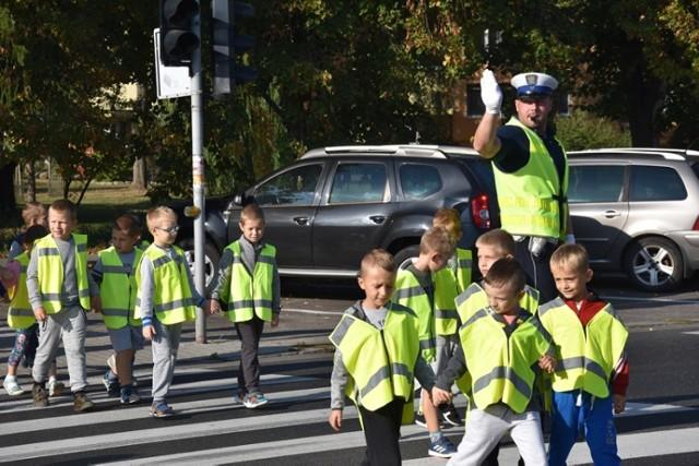 Policjanci sprawdzają czy drogi do szkół są bezpieczne