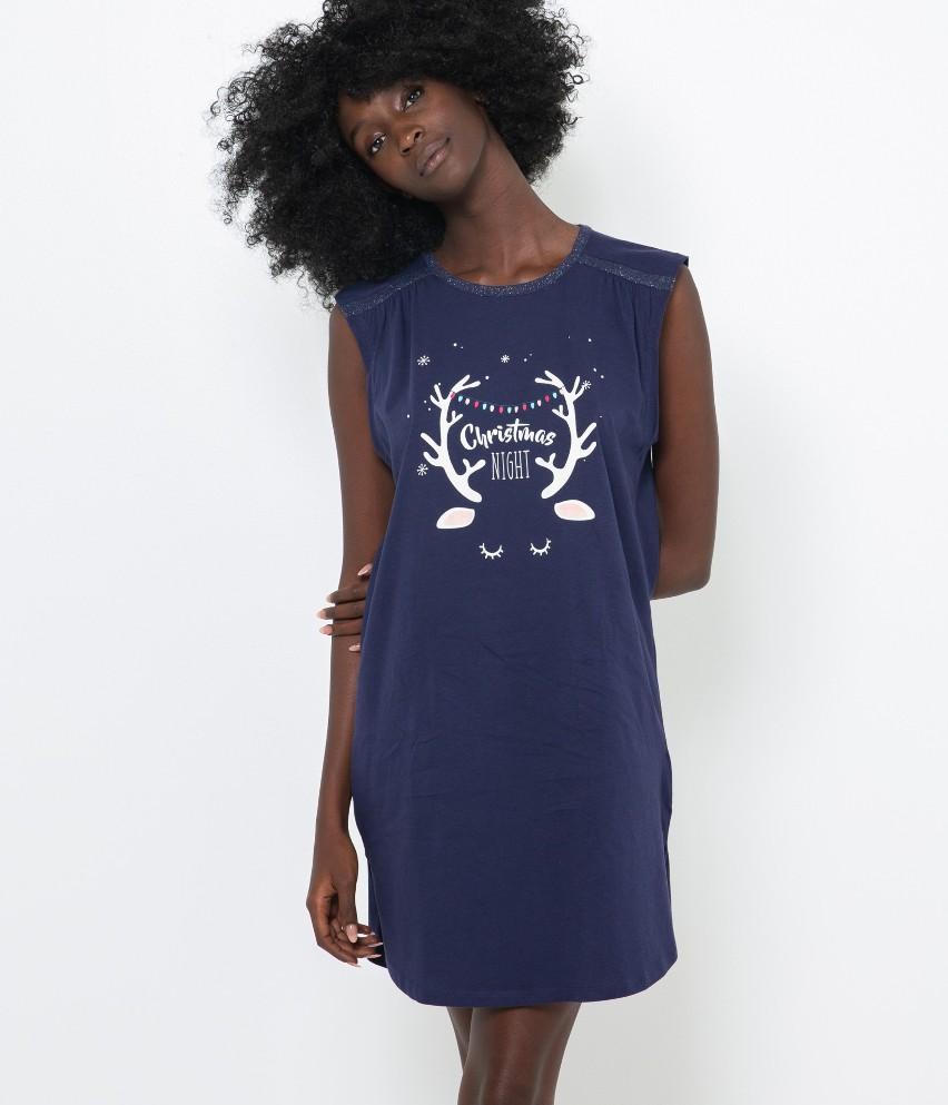Szukasz wygodnej nocnej kreacji, pełnej luzu i komfortu? Oto T-shirt oversizowy z fantazyjną wiadomością, która ogrzeje sezon zimy. Detale warte uwagi: połyskujący dekolt, morska inspiracja koloru i kobiecy urok. Modelka ma 177 cm wzrostu i prezentuje produkt w rozmiarze M.