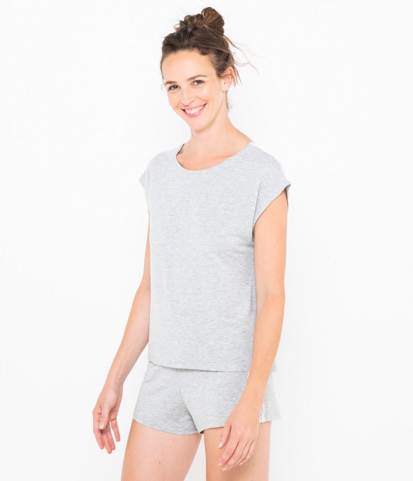 Ten piżamowy T-shirt zapewni ci pełną wygodę i miękko otuli twoją sylwetkę! Z pewnością spodoba ci się głębokie i wykończone koronką wycięcie na plecach, fason loose i melanżowy pastelowy kolor. Do kompletu dobierz szorty nr 526865. Modelka ma 1,75 m wzrostu i prezentuje T-shirt w rozmiarze S.