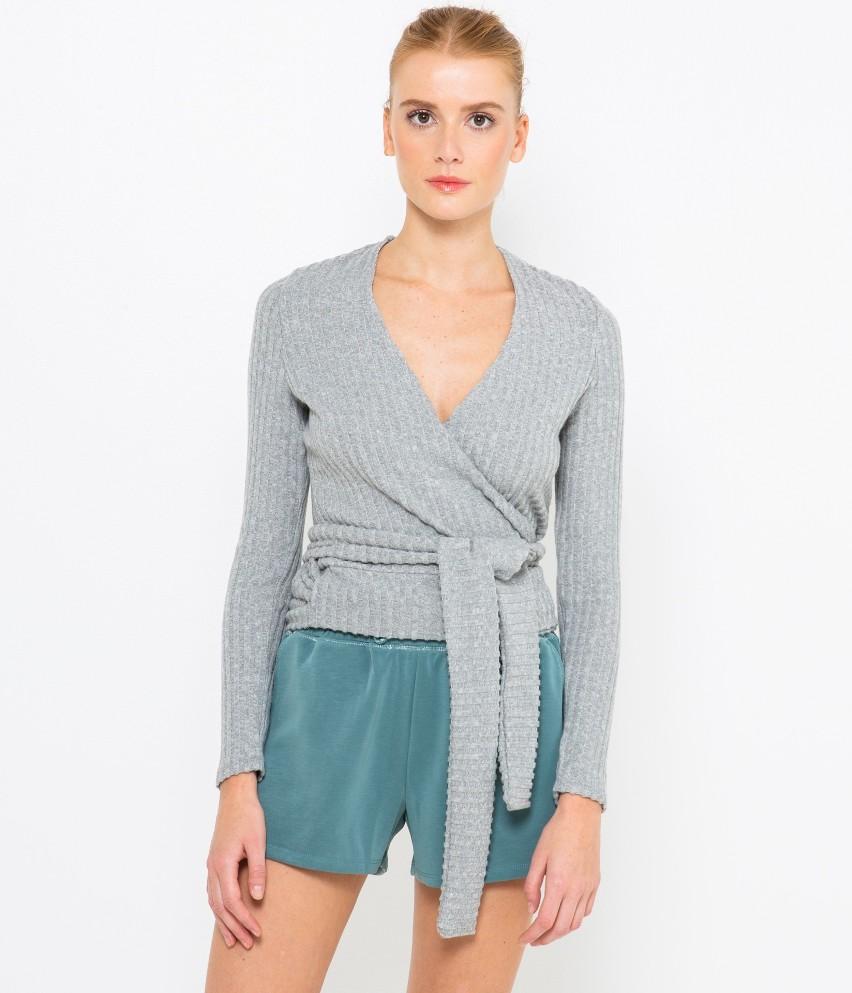 Zgrabna, wygodna i miękka. Odkryj gamę odzieży homewear. Oto model koszulki kopertowej z szerokimi wiązaniami, tak jak chcesz, tak jak lubisz. Komfortowa dzianina gwarantuje otulenie i zwiewność. Odkryj wygodę, odkryj chill out w sobie! Modelka ma 175 cm wzrostu i prezentuje produkt w rozmiarze M.