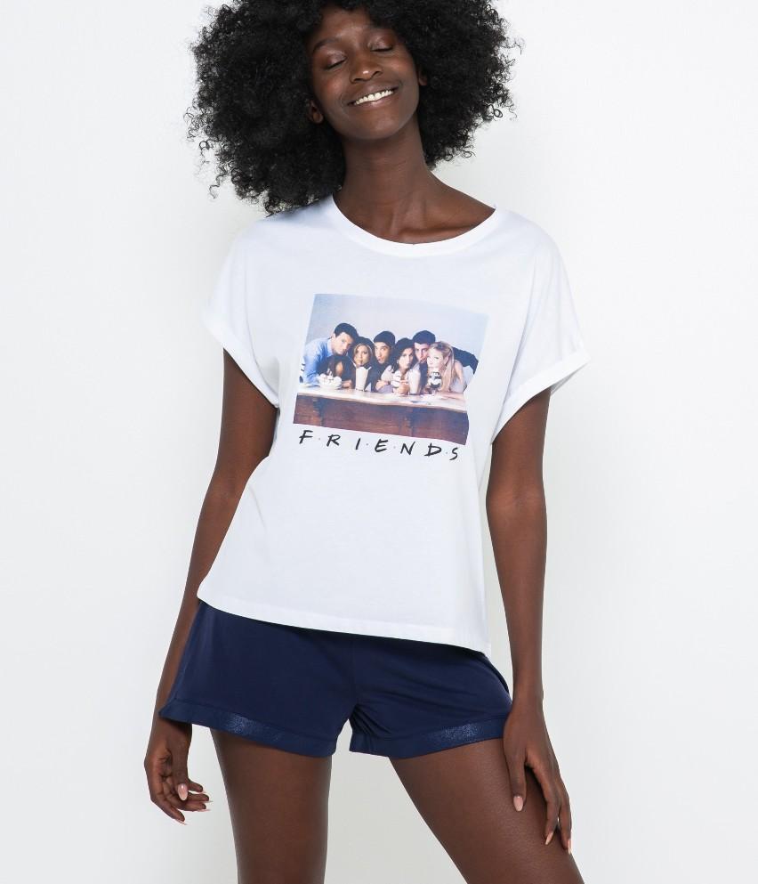 Sięgnij po wspaniały T-shirt homewear z krótkim rękawami! Oto kolekcjonerska sztuka, pełna wygody z komfortowej mieszanki bawełny. Modelka ma 177 cm wzrostu i prezentuje produkt w rozmiarze M.