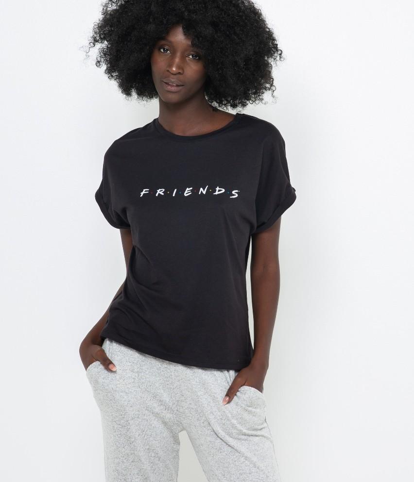 Chcesz spędzić spokojny wieczór w domu? Otul się ciepłem i sięgnij po wspaniały T-shirt homewear! Oto kolekcjonerska sztuka w czarnym wydaniu z wygodnej mieszanki bawełny! Modelka ma 177 cm wzrostu i prezentuje produkt w rozmiarze M.