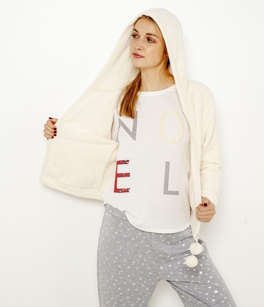 Chciałabyś gwiazdkę z nieba? Teraz możesz mieć więcej niż jedną dzięki tej piżamie składającej się z 3 elementów! W zestawie znajdziesz T-shirt z rękawami 3/4 i wypukłym napisem NOEL, spodnie w opalizujące gwiazdki oraz ultramiękkie wdzianko z kapturem zapinane na zamek błyskawiczny i ozdobione małymi pomponami. Idealny zestaw na leniwe wieczory! Modelka ma 1,75 m wzrostu i prezentuje piżamę w rozmiarze M.