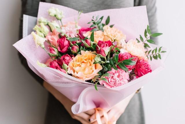 Kwiaty i wiersz to świetny duet na prezent z okazji imienin.