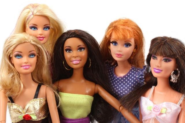 Barbie to będzie na pewno trafiony wybór prezentu dla dziewczynki na Dzień Dziecka. Które lalki Barbie cieszą się teraz największą popularnością? Przedstawiamy HITY 2021 Barbie na Dzień Dziecka. Zabawa lalkami uczy małe dziewczynki odpowiedzialności oraz empatii, dlatego warto kupić je dziecku na prezent. Przedstawiamy wybrane przez nas lalki Barbie, domki dla lalek oraz akcesoria, które cieszą się największą popularnością.
