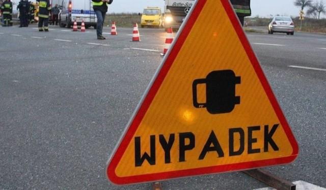 Groźny wypadek na DK88 w Gliwiacach. Z jednego z samochodów wypadł silnik