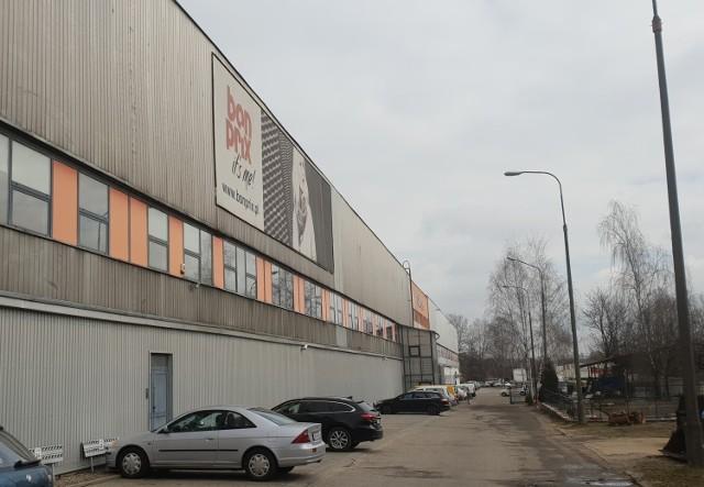 450 pracowników zakładu odzieżowego i sklepu wysyłkowego Bon Prix z siedzibą przy ul. Lodowej w Łodzi zostało w weekend przebadanych pod kątem zakażenia koronawirusem. Część osób została skierowana na test przez sanepid i lekarzy POZ, pozostałym firma zafundowała odpłatne testy. W zakładzie wszczęto alarm po zakażeniu groźnym wirusem u pracownika.