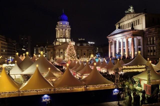 Niesamowity, przepiękny, olbrzymich rozmiarów, główny jarmark świąteczny w Berlinie – Gendarmenmarkt, często określany tym najbardziej klimatycznym w całym mieście, co roku zaprasza gości na wspaniały czas i fiestę, przy najsłynniejszym alkoholowym tam napoju – tzw. Glühwein – czyli grzane wino. Jarmark rozpoczyna się 21 listopada i trwa do 31 grudnia; jest otwarty codziennie w godzinach od 11 do 22. Znajdziemy tutaj ręcznie wyrabiane ozdoby, potrawy świąteczne i różnego rodzaju rozrywki, od niezwykle spektakularnych połykaczy ognia, po występy chóru. Pieniądze zebrane za wstęp, który kosztuje jedno euro (dzieci poniżej lat 12 mają darmowy wstęp) są przekazywane na cele charytatywne.