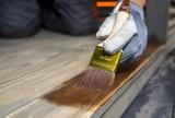 Zrób to sam: malowanie ścian i podłogi drewnianej altany