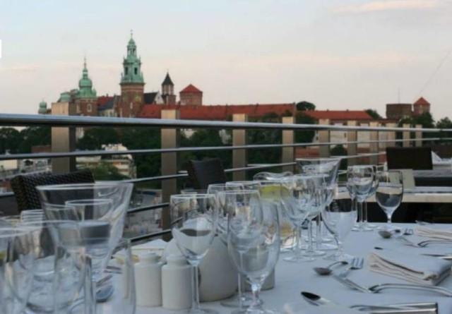 Lato to wspaniała okazja by wypoczywać w wyjątkowych miejscach. Dlatego odwiedź jedną z krakowskich restauracji z pięknymi widokami na miasto!  Restauracja Cafe Oranżeria Plac Kossaka 1   Restauracja Rubinstein ul. Szeroka 12   Letnia Restauracja Hotel Stary  ul. Szczepańska 5   Restauracja Malecon pl. Na Groblach 22   Restauracja Vanill Sky w hotelu Niebieski Flisacka 3   U Ziyada Zamek w Przegorzałach  ul. Jodłowa 13   Restauracja u Romana św. Tomasza 43   Zielone Tarasy Al. Słowackiego 64   Restauracja Vidok al. Zygmunta Krasińskiego 1  Lounge Bar Przy ulicy Powiśle 7   Hotel Poleski Przy ulicy Sandomierskiej 6.