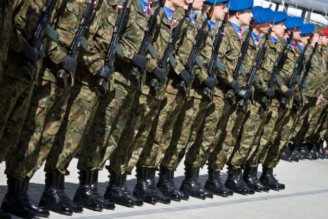 Zgodnie z tym rozporządzeniem żołnierzom zawodowym przysługuje uposażenie zasadnicze w następującej miesięcznej wysokości dla poszczególnych stopni wojskowych:   generałowie: - od 9.460 zł do 15.960 zł.