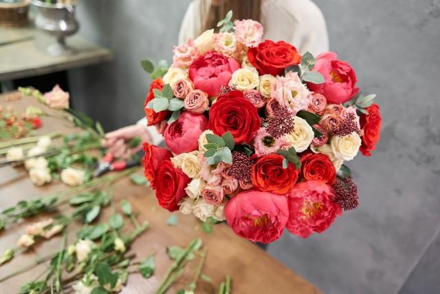 Bukiet kwiatów i piękne życzenia to idealny zestaw z okazji imienin.