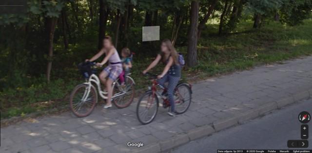 """Spacerując po wirtualnych ulicach można sprawdzić, kogo """"upolowała"""" kamera Google'a. Najnowsze zdjęcia w Brodnicy były robione w 2017 r., ale nadal można obejrzeć także te z 2013 r. czy 2012 r. Poszukajcie siebie i swoich znajomych!"""