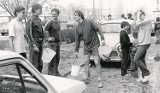 Lubuskie. Woda lała się litrami! Tak kilkadziesiąt lat temu świętowaliśmy śmigus-dyngus. Zobacz wyjątkowo czarno-białe zdjęcia!