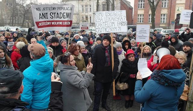Kilkadziesiąt osób protestowało w obronie lekarzy, którzy krytykują obowiązkowe szczepienia. Zarzucali samorządowi lekarskiemu powiązania z przemysłem farmaceutycznym