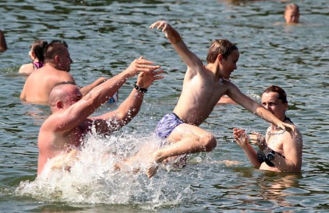 Młodsi i starsi mieszkańcy Grudziądza, ale także i goście chętnie opalają się na plaży Miejskiego Ośrodka Rekreacji i Wypoczynku w Rudniku. Zażywają także kąpieli w jeziorze. Nad bezpieczeństwem plażowiczów czuwa kadra ratowników Wodnego Ochotniczego Pogotowia i policjanci z wodnego posterunku. Wstęp na teren Ośrodka jest płatny. Alternatywą jest bezpłatna plaża tuż obok, znajdująca się przy hotelu. Tutaj jednak kąpielisko jest niestrzeżone.