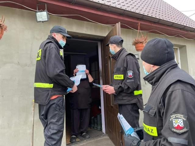 """Strażacy z okolic Goleniowa rozdawali """"covidowe"""" ulotki"""