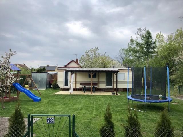 Na działce: Domek letniskowy z sypialnią i WC, altana zabudowana, wyłożona kostką, wolnostojący garaż na narzędzia ogrodowe oraz drewniany domek dla dzieci.  LINK DO OFERTY